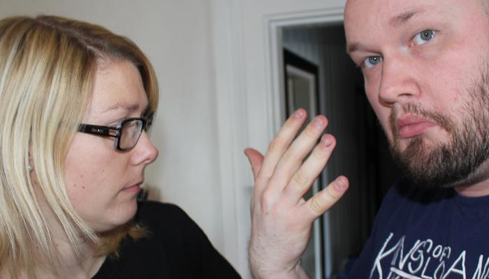 RINGLØS: Tove er sjokkert over at ektemannen har tatt av seg ringen.