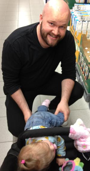 REMAKAOS: En blid far med en ikke fullt så blid datter.