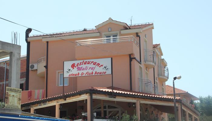 TOPPETASJEN: Her bodde vi. Helt øverst. Stor og fin leilighet. Som dere ser er det en restaurant i 1.etasje. Der bestilte vi mat som vi fikk levert på altanen. Snadder! :)