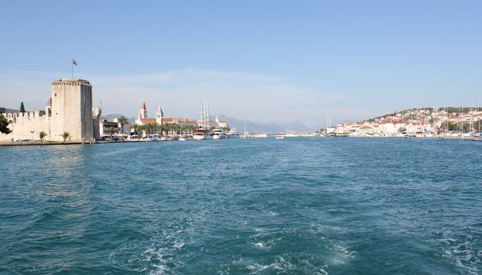 TROGIR: En nydelige liten perle, her sett fra båten som fraktet oss til og fra.