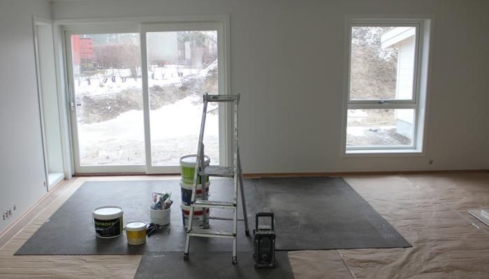 STUEN: Store vinduer. Uteområdet skal tas når våren nærmer seg.