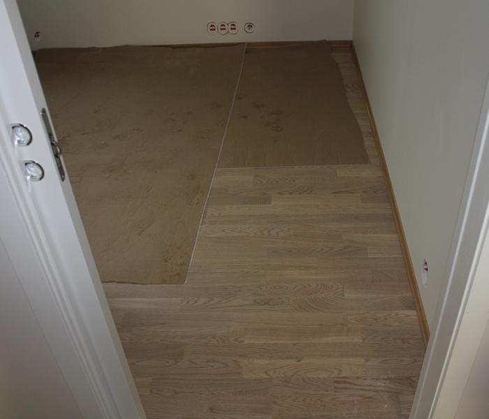 GULV PÅ GUTTEROM: Ja, jeg har selvsagt mitt eget gutterom. Slik ser gulvene våre ut.