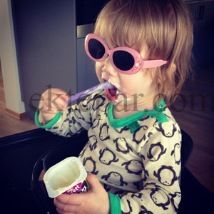 TULLEJENTE: Solbriller er kult. Også inne.