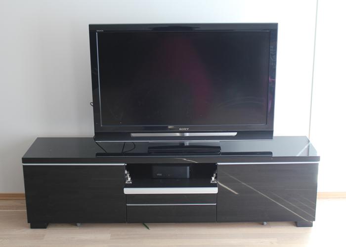 TAKK FOR ALT: Den gamle Sony-TV-en har  gjort sitt.