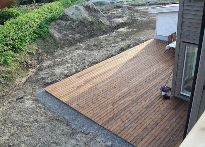 FERDIG: Og slik ble det - en stor terrasse med masse boltreplass for både store og små.