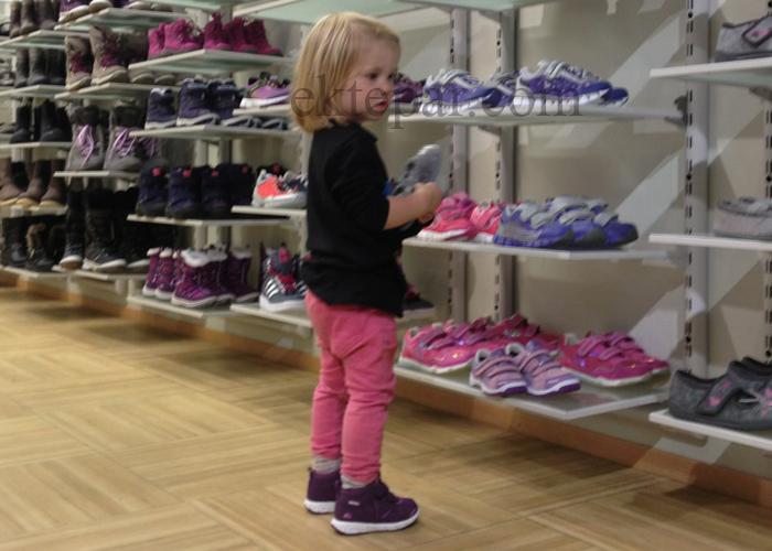 GØY: Småen liker sko. En skobutikk er paradis.