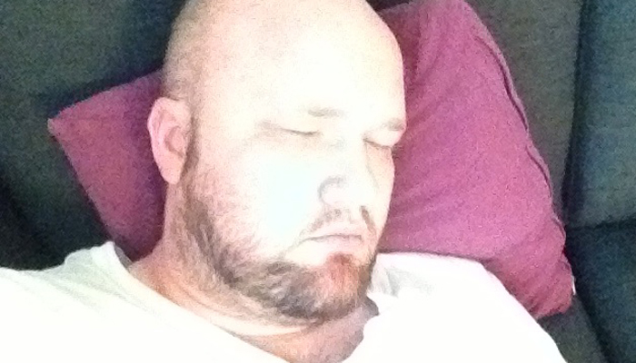TRØTT: Denne mannen skal sove. Han er nemlig trøtt.