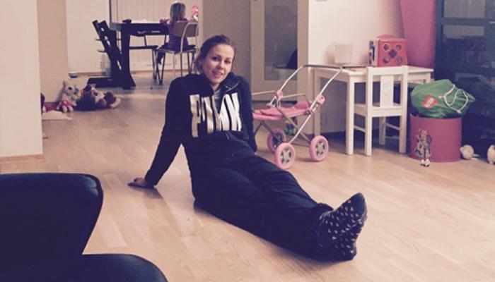 PUSS PUSS: Anette-Marie foretrekker å sitte på gulvet.