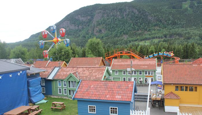 LITEN  BY: Med små hus, eget pariserhjul og en berg- og dalbane, har Lilleputthammer mye å by på.