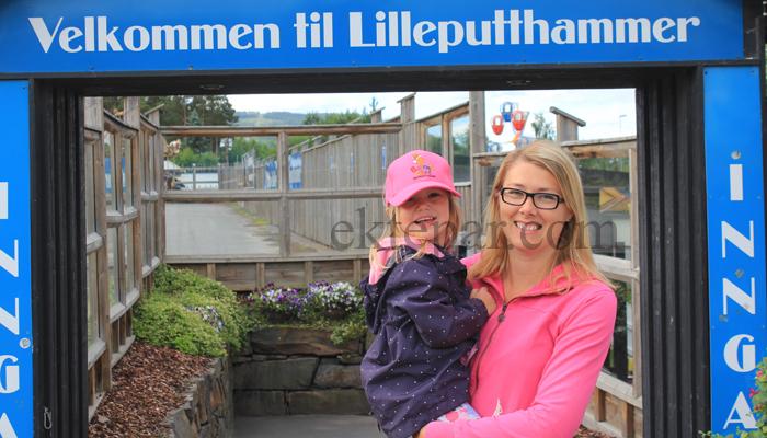 INNGANG: To blide jenter klare for Lilleputthammer.