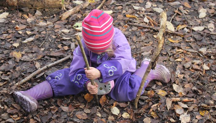 PINNE: Å stikke pinner i jorden er en god skogsaktivitet.